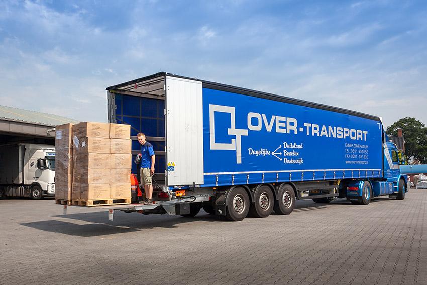 Oplegger-met-laadklep-over-transport-emmer-compascuum-02